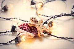 Luces de hadas y galleta del pan de jengibre Foto de archivo
