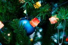 Luces de la caja de regalo adornadas Foto de archivo