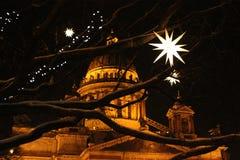 Luces de la catedral y de la Navidad del ` s del St Isaac Imagen de archivo