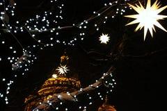 Luces de la catedral y de la Navidad del ` s del St Isaac Foto de archivo libre de regalías