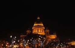 Luces de la catedral y de la Navidad del ` s del St Isaac Imagenes de archivo
