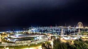 Luces de la ciudad de la noche en puerto deportivo Noche al timelapse del día almacen de video