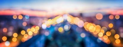 Luces de la ciudad en el fondo que empaña de la tarde fotografía de archivo