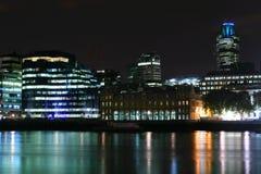 Luces de la ciudad en la noche Foto de archivo libre de regalías