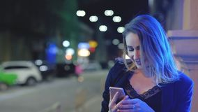 Luces de la ciudad de la noche del smartphone del selfie de la chica marchosa almacen de video