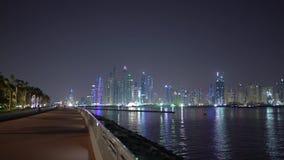 Luces de la ciudad de la noche en Dubai Residencia nocturna de la playa de JBR o del jumeirah o puerto deportivo de Dubai en defo metrajes