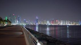 Luces de la ciudad de la noche en Dubai Residencia nocturna de la playa de JBR o del jumeirah o puerto deportivo de Dubai Visión  metrajes