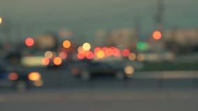 Luces de la ciudad de la noche Fondo enmascarado Siluetas de coches Bokeh trullo-anaranjado de la vida nocturna almacen de metraje de vídeo