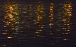 Luces de la ciudad reflejadas en el agua Foto de archivo