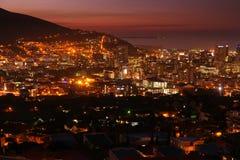 Luces de la ciudad de la tarde de Cape Town imágenes de archivo libres de regalías