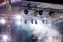 Luces de la etapa en el concierto etapa iluminada con las luces y el humo Fotos de archivo