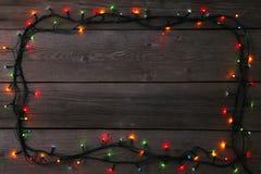 Luces de la guirnalda de la Navidad en el fondo gris, espacio de la copia imágenes de archivo libres de regalías