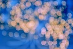 Luces de la guirnalda, tarde del día de fiesta, fondo azul, luces calientes que brillan intensamente Foco suave foto de archivo libre de regalías