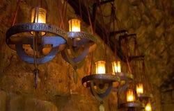 Luces de la lámpara en Santa Maria de Montserrat Abbey Fotos de archivo