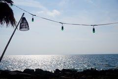 Luces de la linterna y de la secuencia sobre el mar de la última hora de la tarde Fotos de archivo