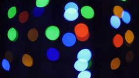 Luces de la Navidad borrosas en la noche en árbol metrajes