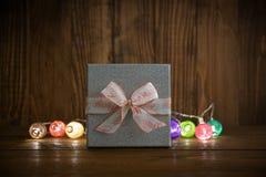 Luces de la Navidad con la caja de regalo de plata Imagenes de archivo