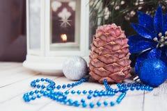 Luces de la Navidad con las bolas Imagenes de archivo