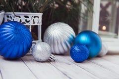 Luces de la Navidad con las bolas Foto de archivo libre de regalías