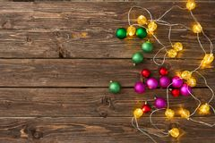 Luces de la Navidad con las bolas de la Navidad en la tabla de madera con el espacio de la copia Visión superior Fotografía de archivo libre de regalías