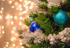 Luces de la Navidad de oro y bokeh azul Foto de archivo libre de regalías