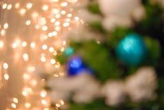 Luces de la Navidad de oro y bokeh azul Foto de archivo