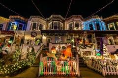 Luces de la Navidad del día de fiesta en el edificio en Hampden, Baltimore Maria Foto de archivo libre de regalías