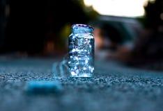 Luces de la Navidad dentro de un tarro de cristal al aire libre fotos de archivo libres de regalías