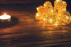 Luces de la Navidad en cierre oscuro del fondo para arriba Concepto de la Navidad o del Año Nuevo Fotos de archivo libres de regalías