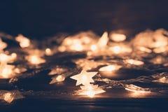 Luces de la Navidad en cierre oscuro del fondo para arriba Concepto de la Navidad o del Año Nuevo Foto de archivo libre de regalías