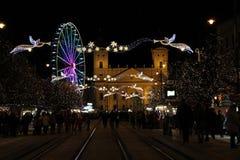 Luces de la Navidad en Debrecen con la gran iglesia imagenes de archivo