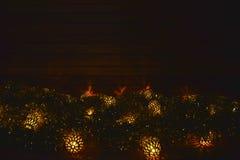 Luces de la Navidad en el fondo de madera Fotografía de archivo