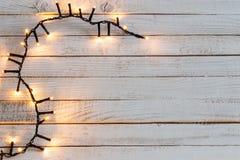 Luces de la Navidad en el fondo de madera blanco imágenes de archivo libres de regalías