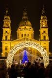 Luces de la Navidad en el St Steven Basilica en Budapest, Hungría Foto de archivo