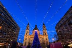 Luces de la Navidad en el St Steven Basilica en Budapest, Hungría Fotos de archivo libres de regalías