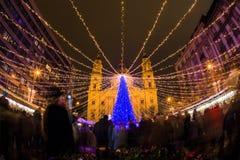 Luces de la Navidad en el St Steven Basilica en Budapest, Hungría Foto de archivo libre de regalías