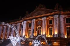 Luces de la Navidad en la fachada del capitolio, en Toulouse imagen de archivo libre de regalías