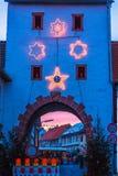 Luces de la Navidad en la puerta de la ciudad Imagen de archivo