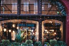 Luces de la Navidad en las ventanas de un pub de la corona y del ancla en aquelarre imagen de archivo libre de regalías