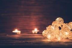 Luces de la Navidad en superficie de madera Concepto de la Navidad o del Año Nuevo Fotografía de archivo