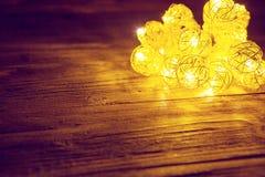 Luces de la Navidad en superficie de madera Concepto de la Navidad o del Año Nuevo Imagen entonada Imagen de archivo libre de regalías