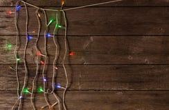 Luces de la Navidad en un fondo de madera Imagen de archivo libre de regalías
