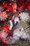 Luces de la Navidad en un fondo de madera imagenes de archivo
