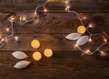Luces de la Navidad en un fondo de madera Fotografía de archivo libre de regalías