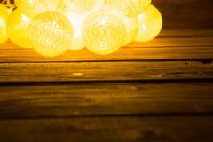Luces de la Navidad de la falta de definición en tablones de madera Concepto de la Navidad o del Año Nuevo Imágenes de archivo libres de regalías