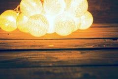Luces de la Navidad de la falta de definición en tablones de madera Concepto de la Navidad o del Año Nuevo Imagen entonada Fotografía de archivo libre de regalías
