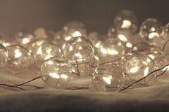 Luces de la Navidad o guirnalda del ` s del Año Nuevo Luces macras en el Shap Fotografía de archivo libre de regalías