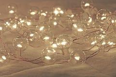 Luces de la Navidad o guirnalda del ` s del Año Nuevo Luces macras en el Shap Imagen de archivo