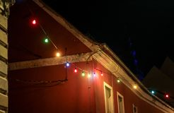 Luces de la Navidad que adornan con la casa en Ptuj, Eslovenia imagen de archivo