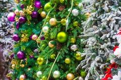 Luces de la Navidad que cuelgan en árbol imagen de archivo libre de regalías